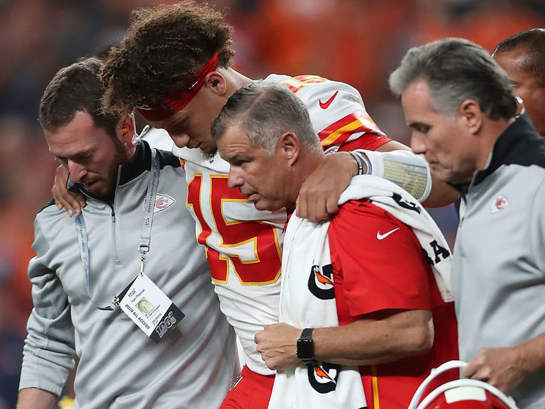 Mahomes out vs. Broncos after reportedly suffering dislocated kneecap – theScore